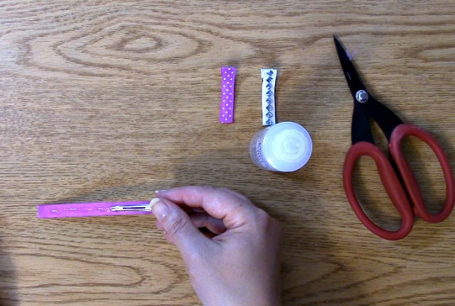 place ribbon on the inside of the clip glue facing up